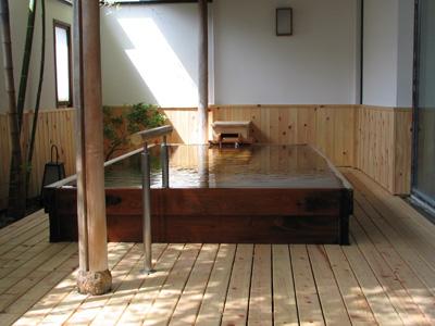 信州バリアフリーの世界松本浅間温泉 ホテル玉の湯(玉之湯) リニューアル情報 床や壁の板が張り替えられた露天風呂