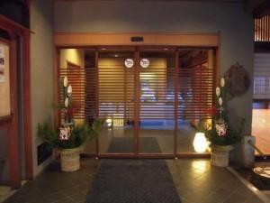 信州松本浅間温泉玉の湯 玄関に門松が飾られました。